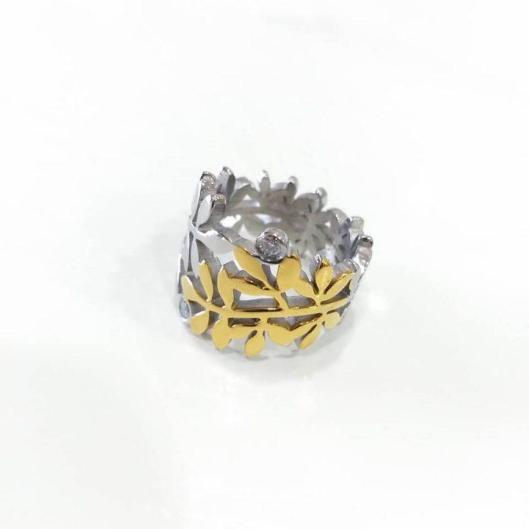 Anelem aço em flor, prateado e dourado com dois brilhantes