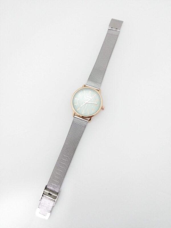 Relógio em aço com bracelete prateada, mostrador rose gold com fundo esverdeado