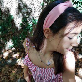Look Colar em aço prateado com pendente circular raiado rosa