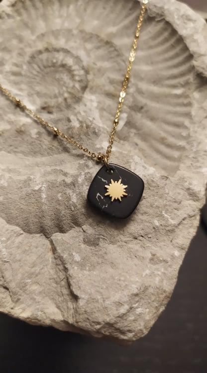 Colar em aço com fio fino dourado e pendente com pedra negra