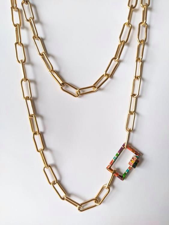 Colar com fio de argolas retangulares em aço dourado e fecho retangular colorido