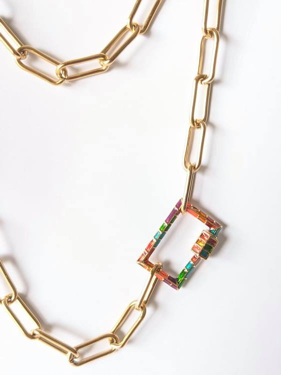 Pormenores do Colar com fio de argolas retangulares em aço dourado e fecho retangular colorido