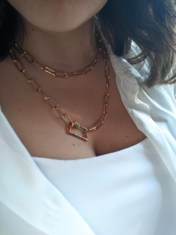Colar com fio de argolas retangulares em aço dourado e fecho retangular colorido - versão colar