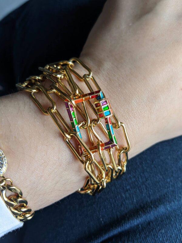 Colar com fio de argolas retangulares em aço dourado e fecho retangular colorido - versão pulseira