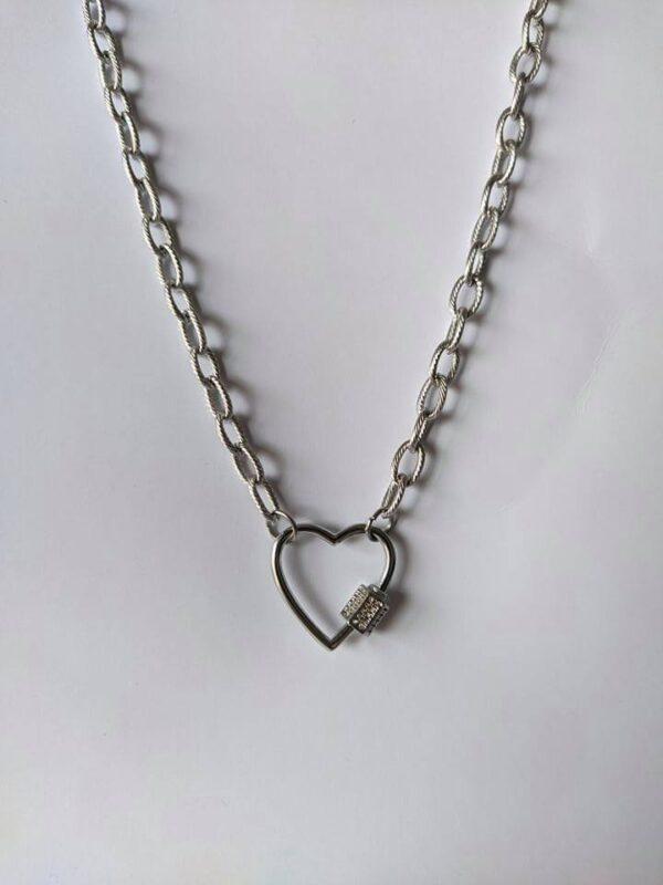 Colar em aço com fio de argolas texturadas, aloquete em forma de coração com zircónias e pendente em forma de chave