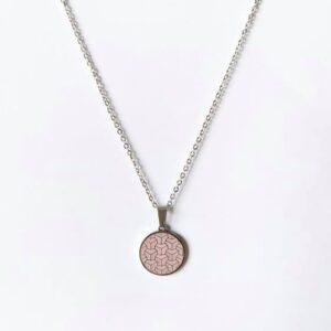 Colar em aço prateado com pendente circular raiado rosa