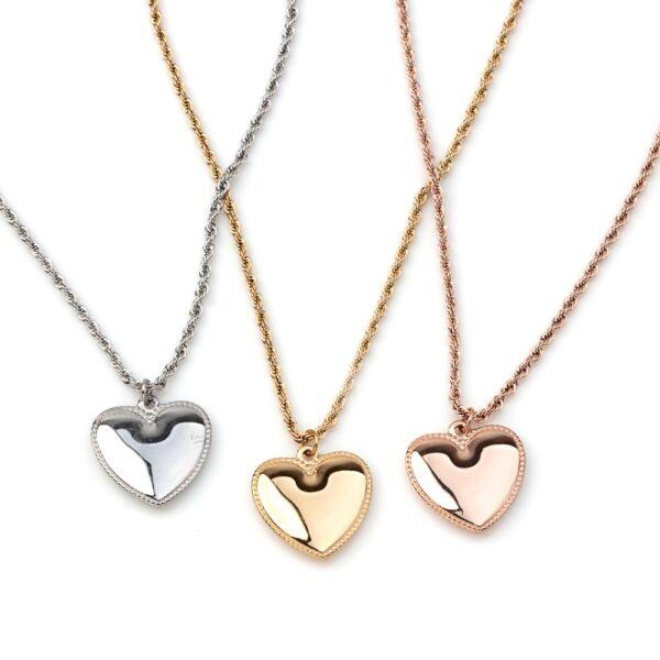 Colar em aço com fio enrolado e pendente em forma de coração