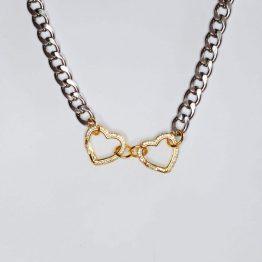 Colar com fio largo prateado emaço e 2 aloquetes em forma de coração em cobre dourado cobertos com zircónias brancas