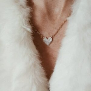 Colar com fio fino dourado em aço e pendente em forma de coração em cobre com zircónias brancas