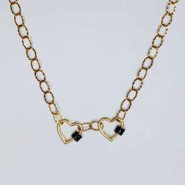 Colar com fio de argolas com textura em aço dourado e 2 aloquetes em forma de coração em cobre dourado com zircónias pretas