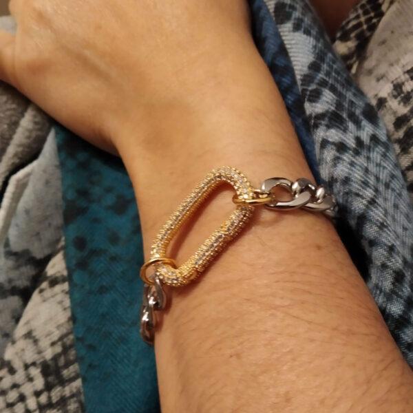 Pulseira com fio largo prateado em aço e aloquete em cobre dourado com zircónias