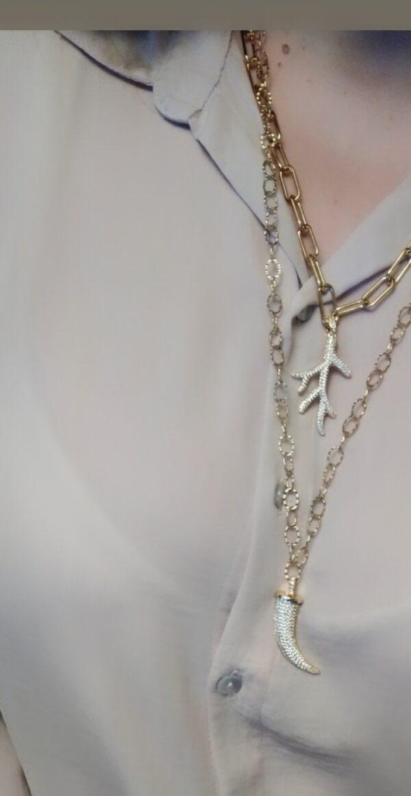 Colar com fio de argolas largas em aço com pendente em forma de ramo/alga em cobre com zircónias brancas