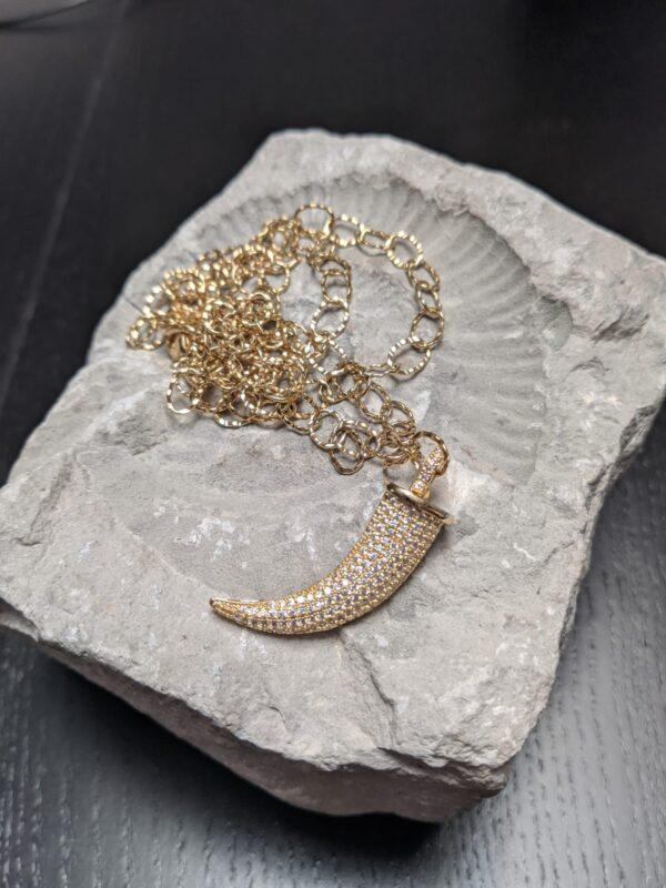 Colar com fio de argolas finas com textura em aço com pendente em cobre com zircónias brancas