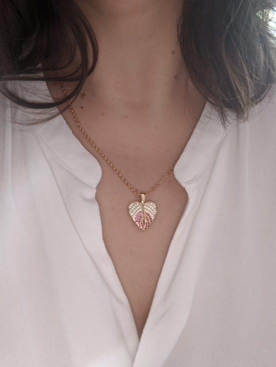 Colar com fio em aço e pendente em forma de coração com asas em cobre com zircónias