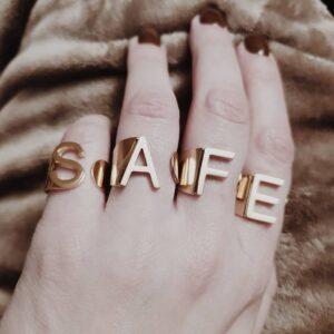 Look Anel em aço ajustável em forma de inicial, dourado
