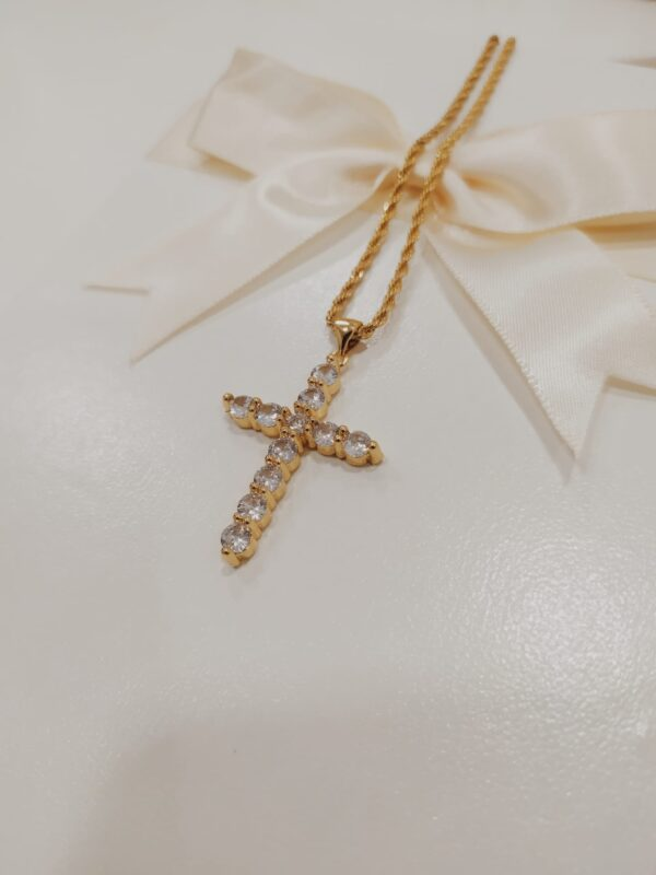 Colar com fio em aço torcido com pendente em cobre em forma de cruz com brilhantes