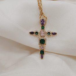 Colar com fio em aço com pendente em cobre em forma de cruz com brilhantes coloridos