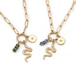 Colar em aço com fio de argolas pequenas e com 3 pendentes, sendo um deles uma serpente