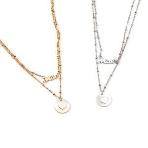 Colar em aço com dois fios, com a palavra Mãe no fio mais curto e medalha circular em madrepérola com coração ao centro no fio mais longo