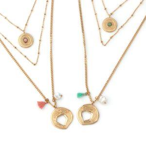 Colar em aço com três fios: uma medalha circular com pedra rosa no mais curto e pendente circular, pompom e madrepérola no fio mais longo