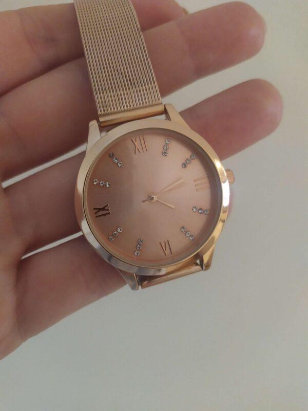 Relógio em aço rose gold com bracelete ajustável, mostrador também rose gold com pequenos brilhantes