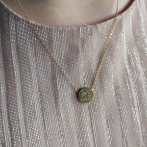 """Colar em aço com pendente circular com pequeno brilhante e frase """"You are may sunshine"""""""