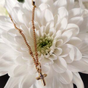 Colar com fio em aço com pequenas esferas e pendente em forma de cruz em cobre com zircónia branca ao centro