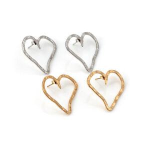 Brincos em aço martelado em forma de coração