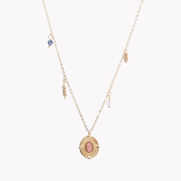 Colar em aço dourado com pendente circular e pedra rosa ao centro, e pequenos pendentes espalhados pelo fio