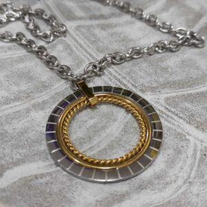 Colar comprido em aço com pendentes circulares em prateado e dourado