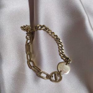 Pulseira em aço dourada com conjugação de dois fios diferentes e pendente circular
