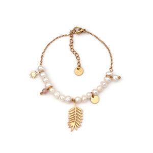Pulseira em aço com fio fino, pérolas e pendentes, sendo o pendente maior em forma de folha dourada